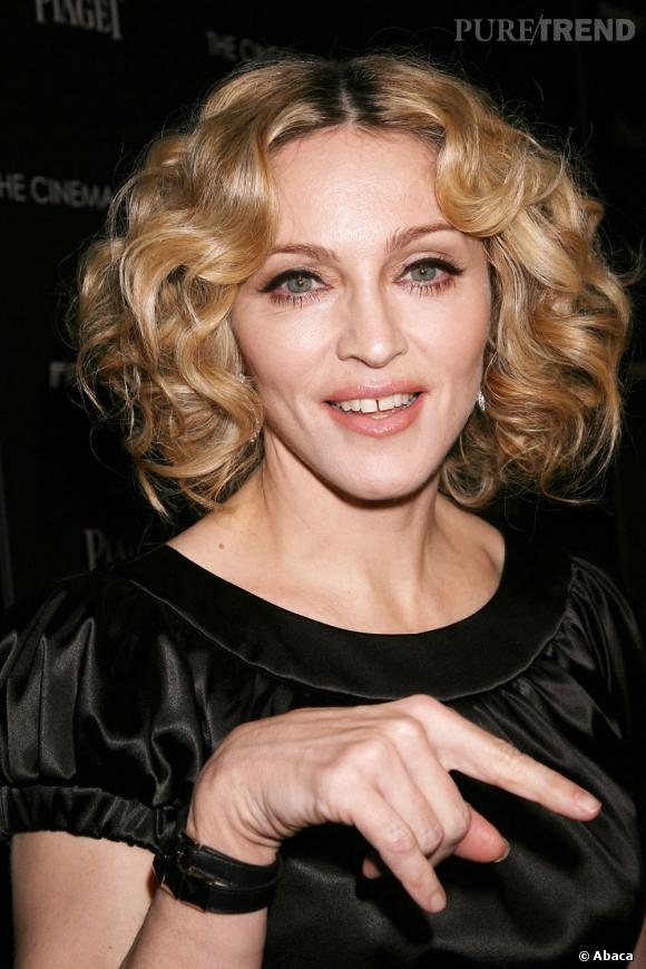 Les stars et les dents du bonheur     C'est avec un gloss que Madonna met l'accent sur son sourire imparfait.