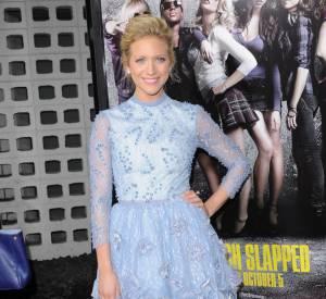 Brittany Snow, divine dans une robe romantique bleu ciel signée Georges Hobeika.