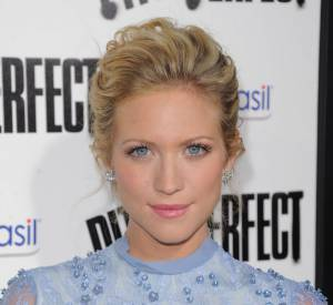 Avec sa robe bleu ciel, Brittany Snow valorise son regard azur.
