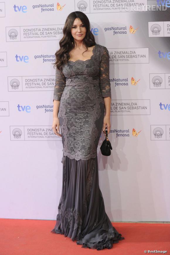 Monica Bellucci, divine dans une robe en dentelle grise signée Dolce & Gabbana.