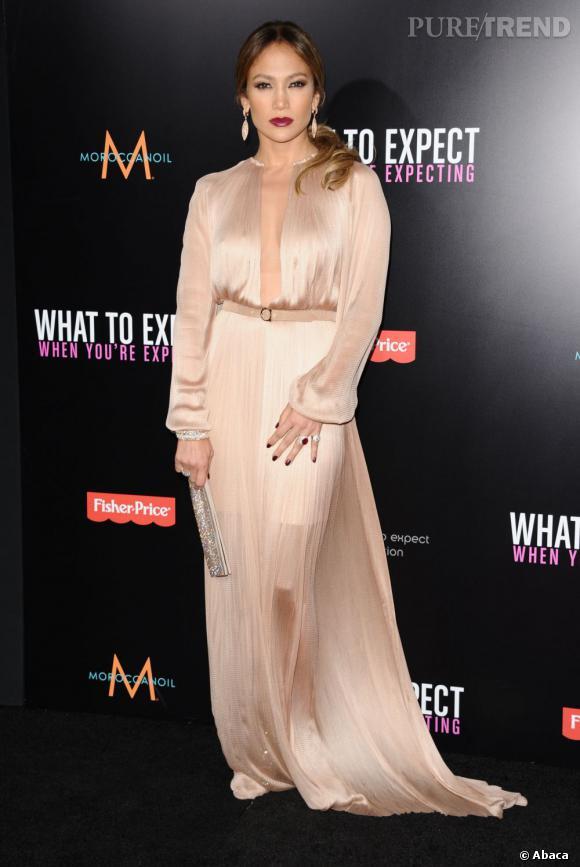 Jennifer Lopez mixe nude soyeux et bouche dark.