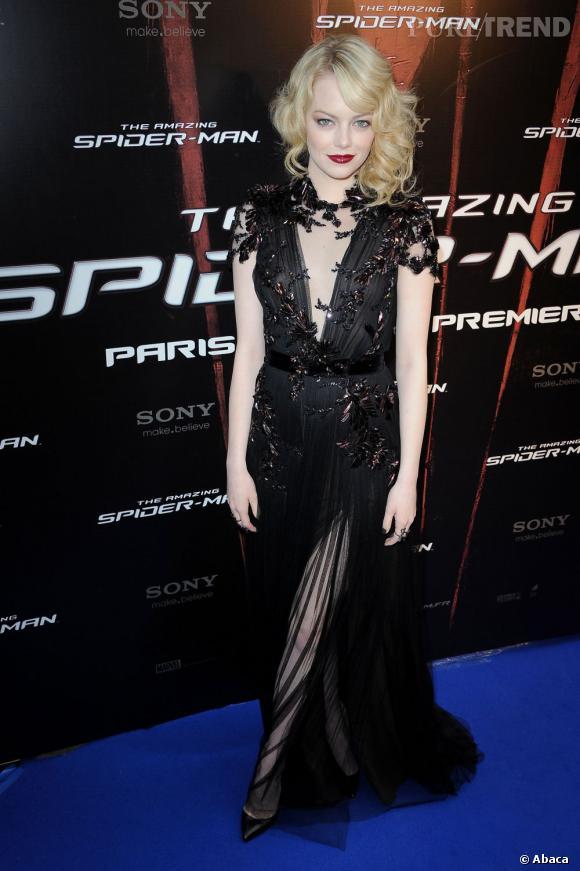 Emma Stone maîtrise le gothique chic à la perfection.