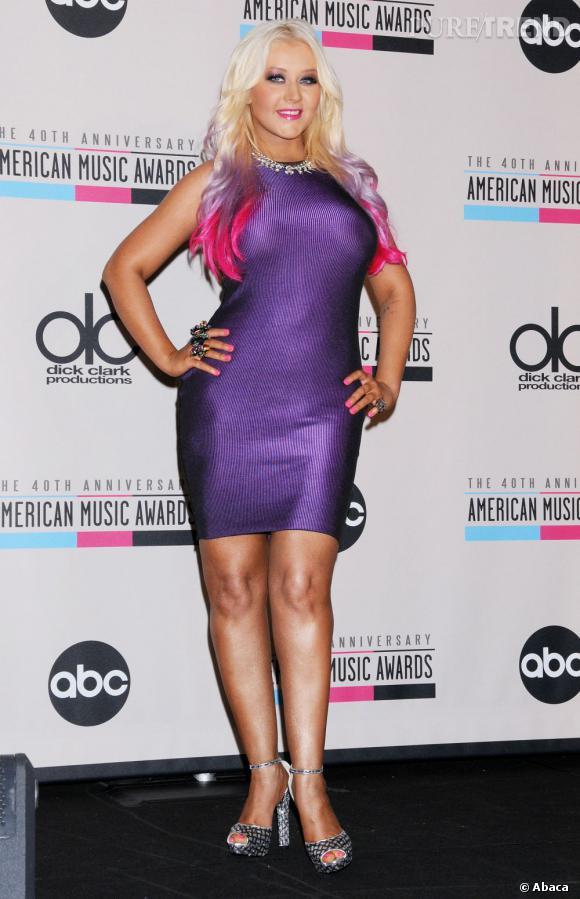 Telle une Barbie gonflée à l'hélium, Christina Aguilera prend la pose.