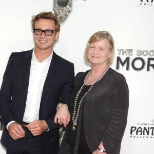 Simon Baker emmène sa maman sur red carpet.