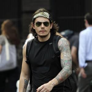 Il aime bien dévoiler ses très nombreux tatouages pour séduire ces dames.