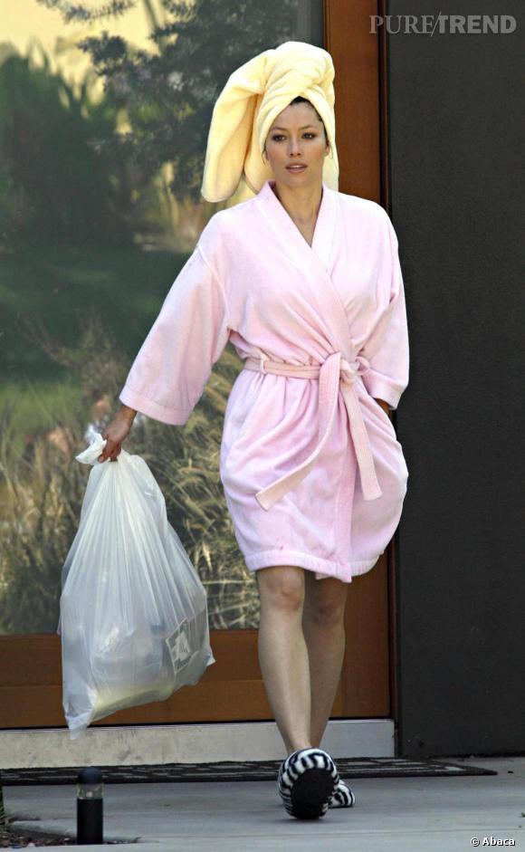 """Le flop """"look de rue"""" : peignoir, serviette sur la tête et chaussons zébrés ne constituent pas un look pour sortir de chez soi..."""