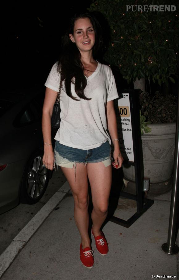 C'est également destroy, avec un tshirt loose que Lana porte le shorty.