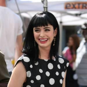 Sur le plateau de la série, c'est robe à pois ceintrée à la taille et rouge à lèvres obligatoire pour l'interprète de Chloe.