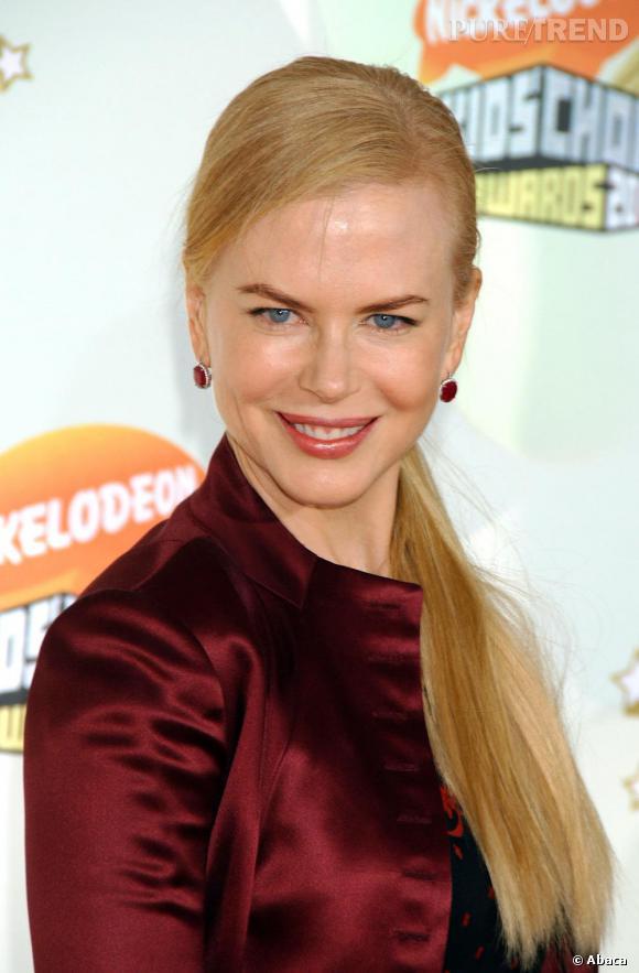 Raie sur le côté, chevelure éduquée et lissée, Nicole Kidman opte pour une ponytail bien sage, rangée sur le côté.