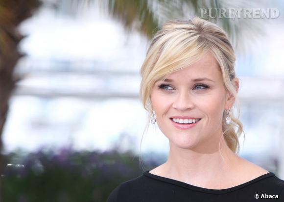 Reese Witherspoon mise sur l'élégance d'une queue de cheval basse et légèrement ondulée.