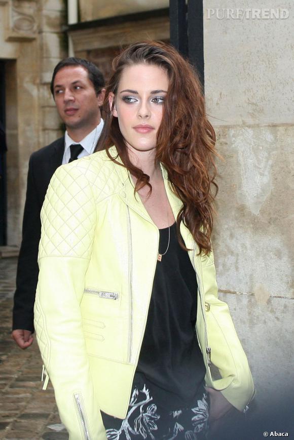 Dans un registre plus wild, Kristen Stewart aime aussi arborer ses cheveux sur le côté.