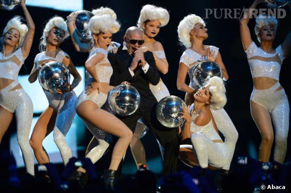Pitbull bien entouré sur scène.