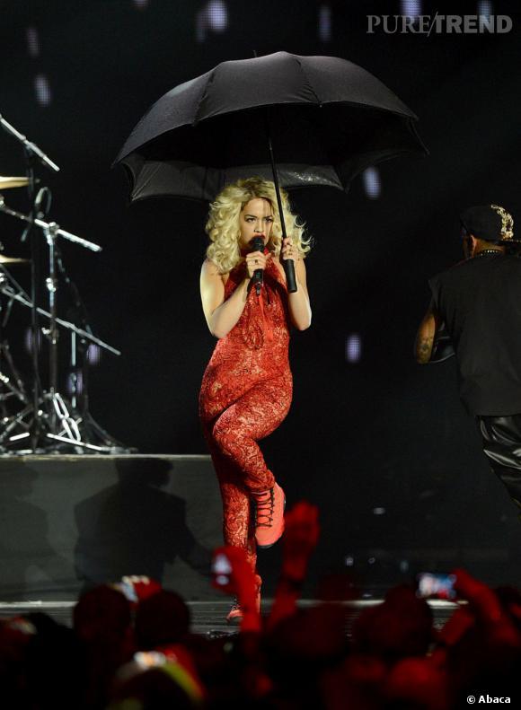 Rita Ora se protège sur scène.