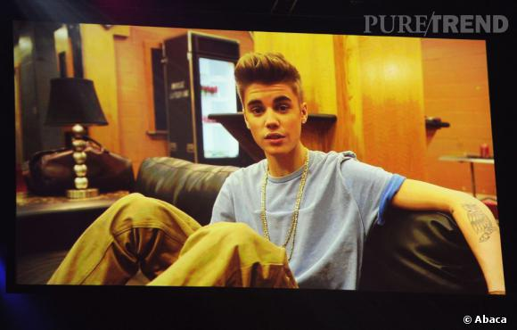 Justin Bieber, artiste masculin, artiste pop et artiste world stage de l'année est présent par écran interposé.