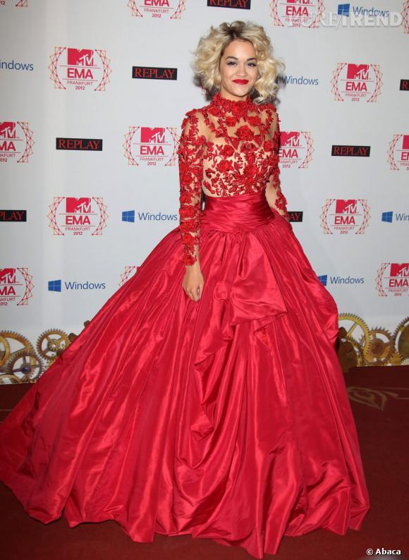 Malheureusement, Rita Ora n'a pas remporté le prix de la découverte de l'année. Pour son arrivée, elle a misé sur du Marchesa.