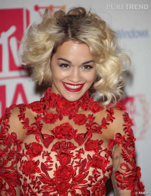Rita Ora mise sur le volume pour ses boucles blondes.