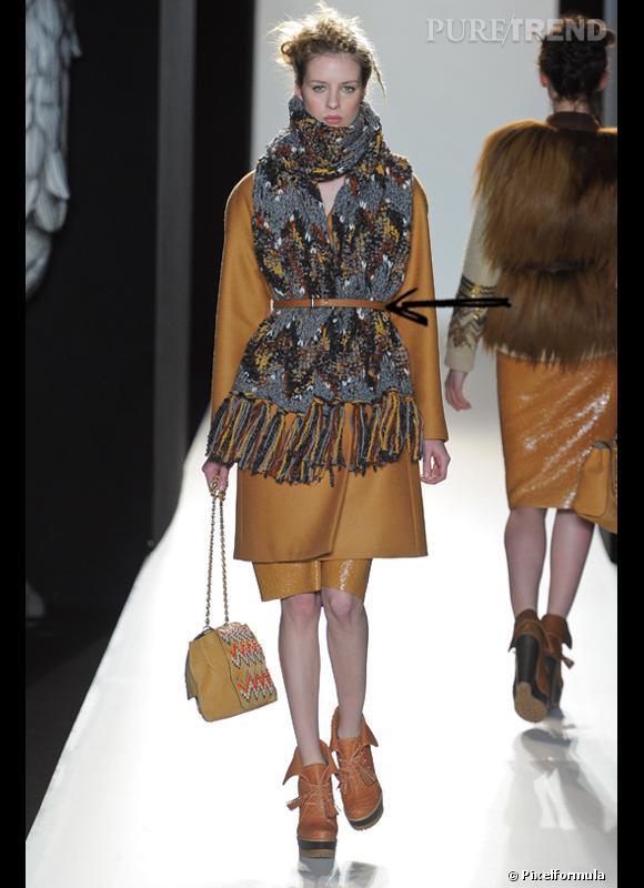 Comment porter le manteau cet hiver ?      Comme chez Mulberry on ceinture son manteau et sa grosse écharpe ensemble.      Défilé Automne-Hiver 2012/2013