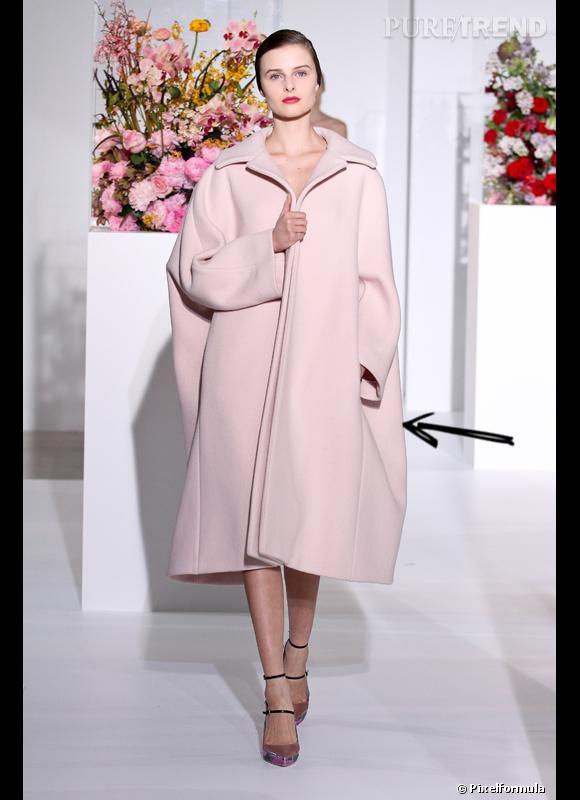 Comment porter le manteau cet hiver ?      Comme chez Jil Sander on ose le manteau XXL couleur pastel, rose c'est encore mieux.      Défilé Automne-Hiver 2012/2013