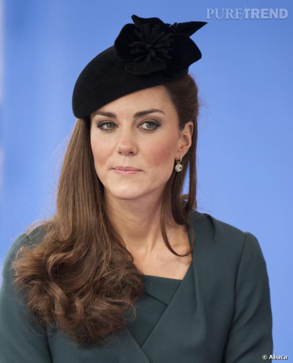 La duchesse de Cambridge se laisse tenter par le side-hair, synonyme de glamour.