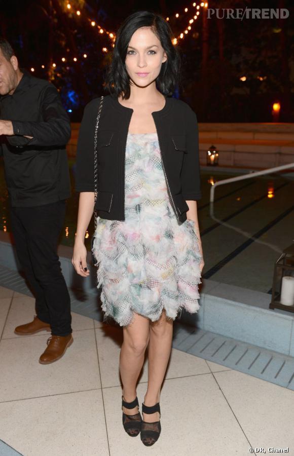 Leigh Lezark  au dîner Chanel de l'Art Basel 2012 portait une robe de la collection collection Croisière 2012/13, une veste de la collection Prêt-à-Porter 2012/13 ainsi qu'une paire de chaussures et un sac Chanel
