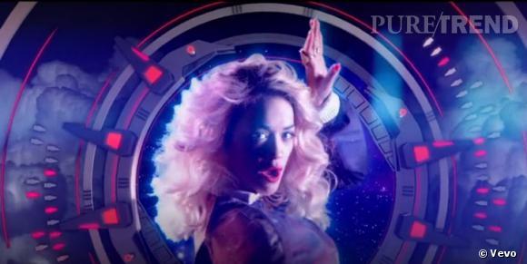 """Rita Ora a choisi un clip futuriste pour son nouveau single """"Radioactive""""."""