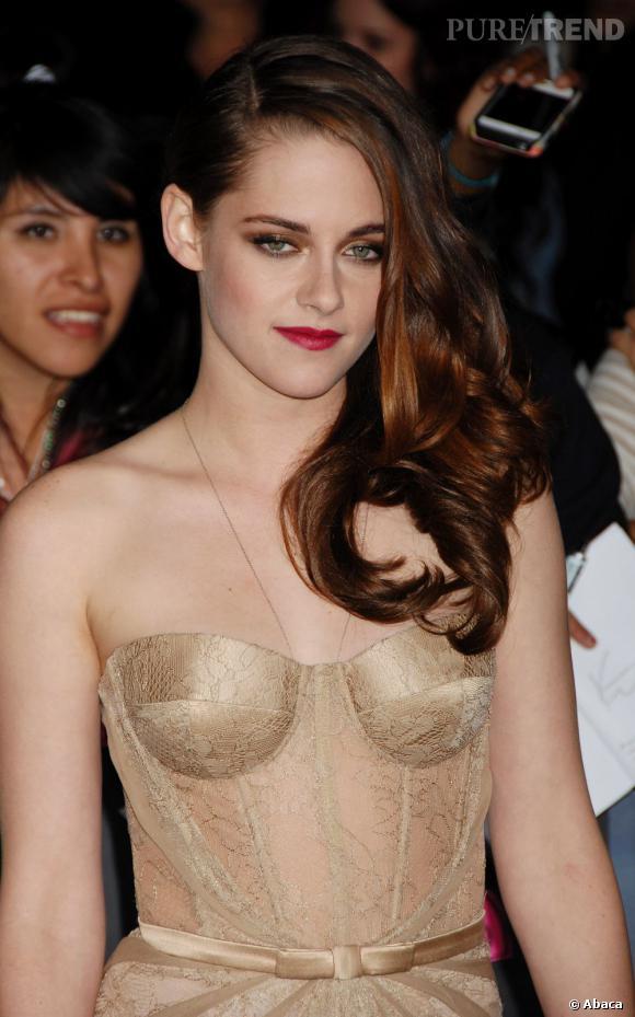 """Les plus beaux make-up de 2012 : Kristen Stewart s'est transformée en femme fatale lors de la sortie du dernier épisode de """"Twilight"""" au cinéma."""