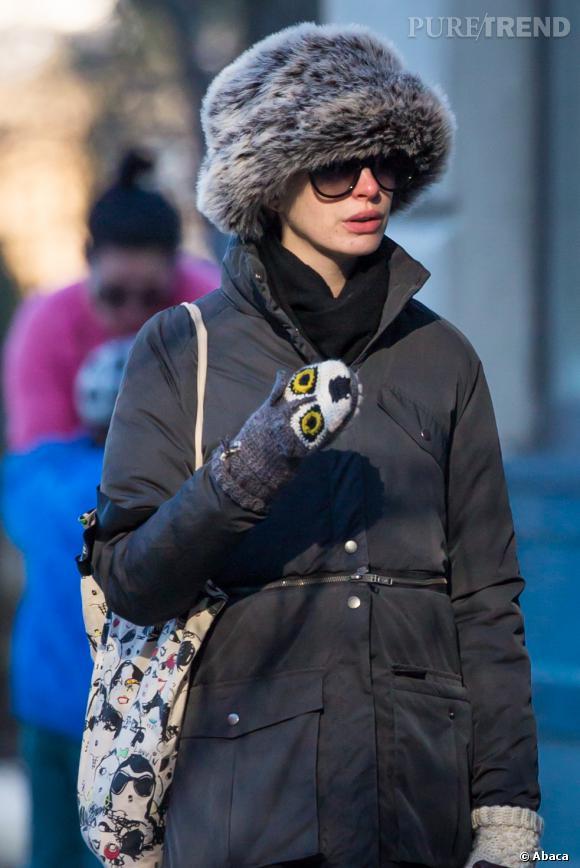 Anne Hathaway ne doit certainement pas avoir froid. Question style, on est loin du sans-faute.