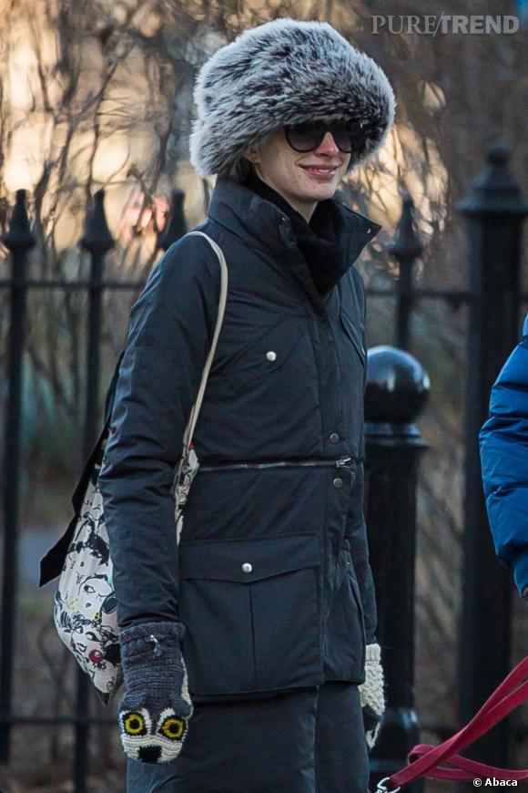 Anne Hathaway difficile à reconnaître sous son impressionnante et informe chapka.