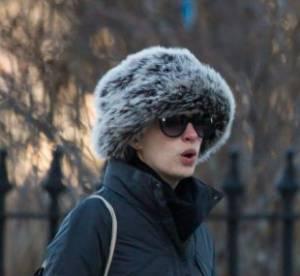 Anne Hathaway meconnaissable sous son affreuse chapka