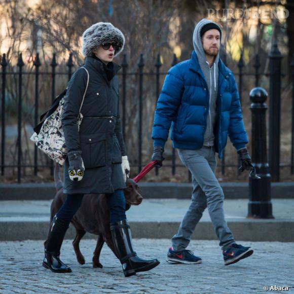 Anne Hathaway dans les rues de New York avec son mari Adam Shulman.