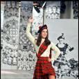 La chanteuse écume les plateaux de télévision. Ici, elle marque les esprits dans un kilt écossais flamboyant.