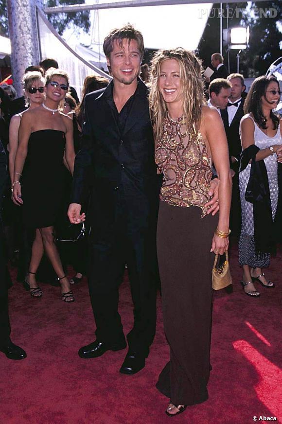 Jennifer Aniston et Brad Pitt aux Emmy Awards en 1999. Jeune couple hollywoodien, ils jouent à Barbie et Ken.