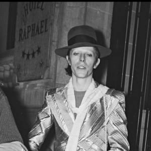 David Bowie n'hésite pas à transformer son apparence pour semer le trouble.