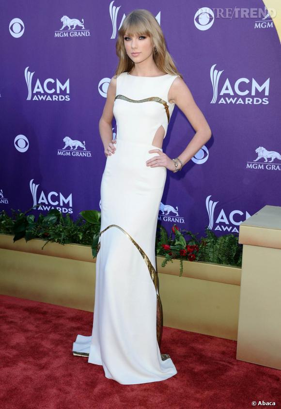 Taylor Swift lors des 47e Academy of Country Music Awards à Los Angeles. Là encore, elle opte pour une robe blanche, signée J.Mendel cette fois.