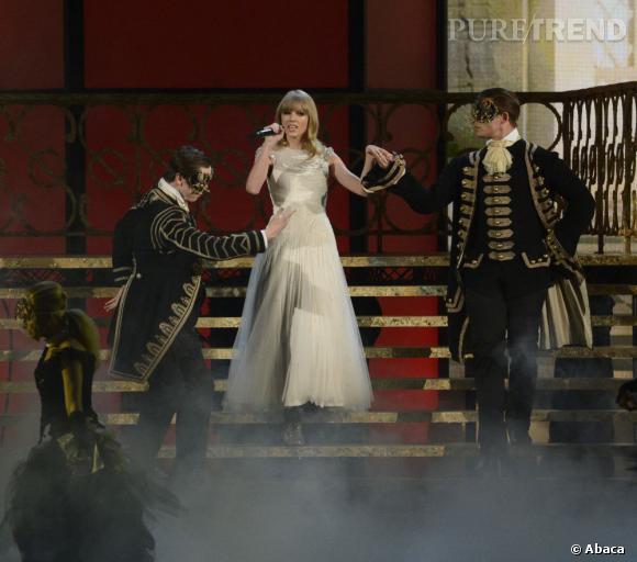 Taylor Swift aux American Music Awards 2012. Même sur scène la chanteuse s'affiche désormais avec des longue robe white spirit. Un peu redondant ?