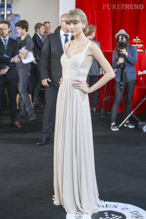 Taylor Swift aux ARIA Music Awards 2012 à Sydney. Elle prend la pose dans une robe Elie Saab à découpes.