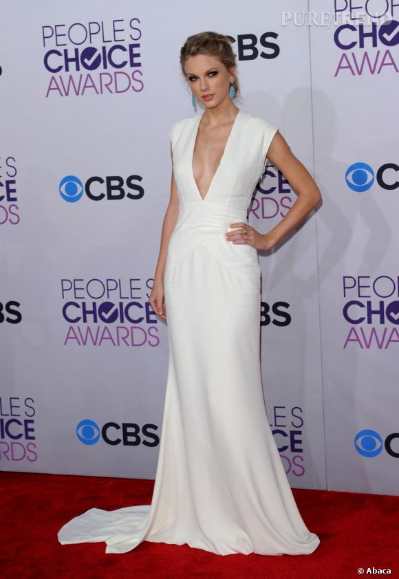 Taylor Swift aux People's Choice Awards 2013 le 9 janvier à Los Angeles. Comme souvent, elle mise sur une longue robe immaculée, signée Ralph Lauren ce soir-là.