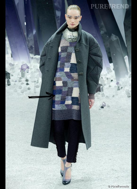 Comment porter les carreaux cet hiver ?      Comme chez Chanel on adopte la robe pull à carreaux pas vraiment symétriques pour un look arty.       Défilé Automne-Hiver 2012/2013