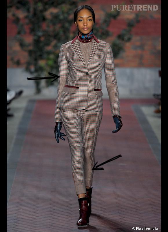 Comment porter les carreaux cet hiver ?      Comme chez Tommy Hilfiger on adopte les petit carreaux dans un ensemble costume chic style équitation.      Défilé Automne-Hiver 2012/2013