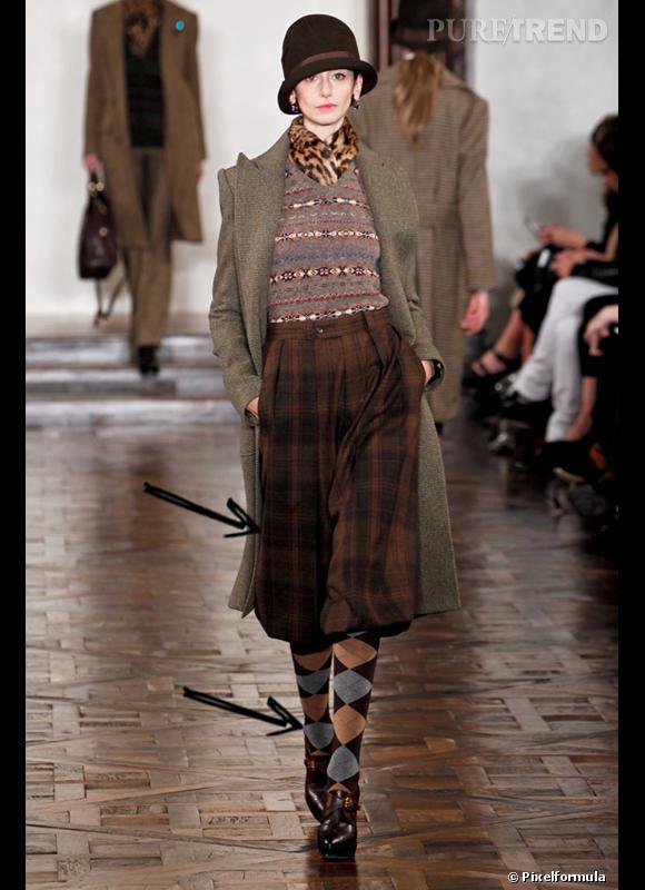 Comment porter les carreaux cet hiver ?      Comme chez Ralph Lauren Collection, on adopte les carreaux version allure british vintage avec des chaussettes hautes.      Défilé Automne-Hiver 2012/2013