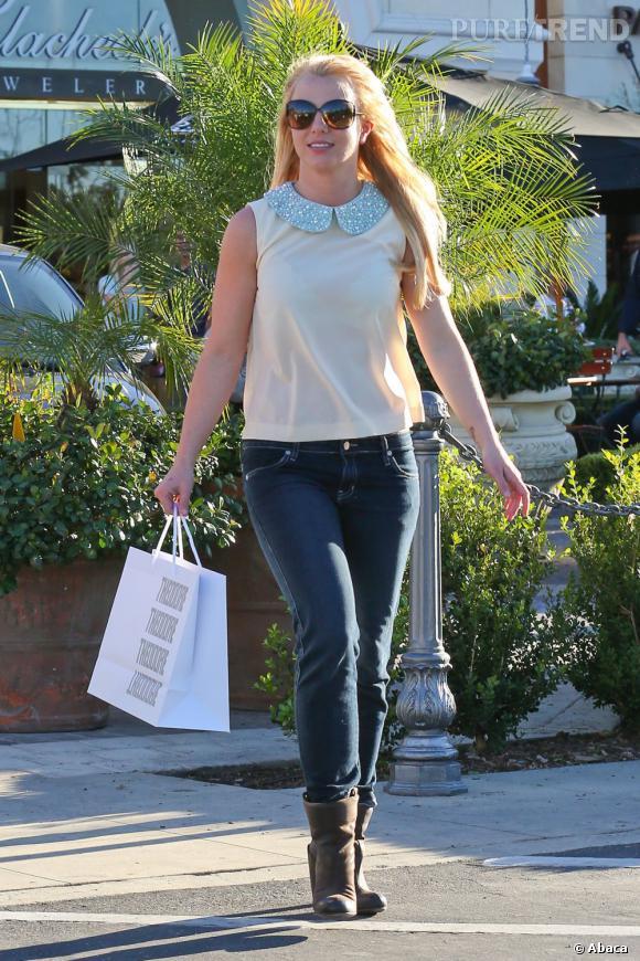Britney Spears finit sa journée shopping en enfilant un top sans manches décoré d'un col Claudine. Mode et tendance mais... toujours transparent !