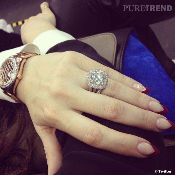 Kendall Jenner partage une photo des mains de sa soeur Khloé Kardashian, en faisant remarquer qu'elle a les plus belles mains de la famille. Nous, on note surtout le gros diamant.