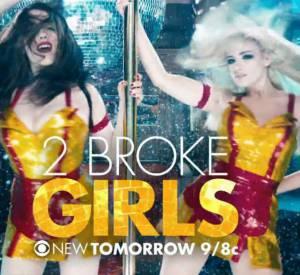 """Kat Dennings et Beth Behrs se déchaînent sur une barre de pole dance pour promouvoir leur show """"2 Broke Girls""""."""