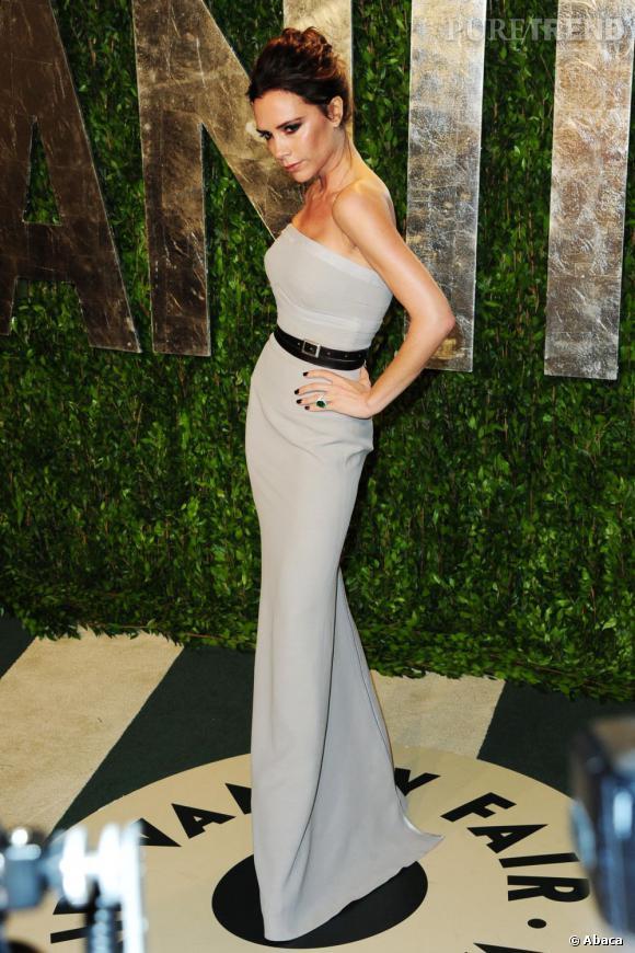 Victoria Beckham nous montre une taille XL en robe fourreau