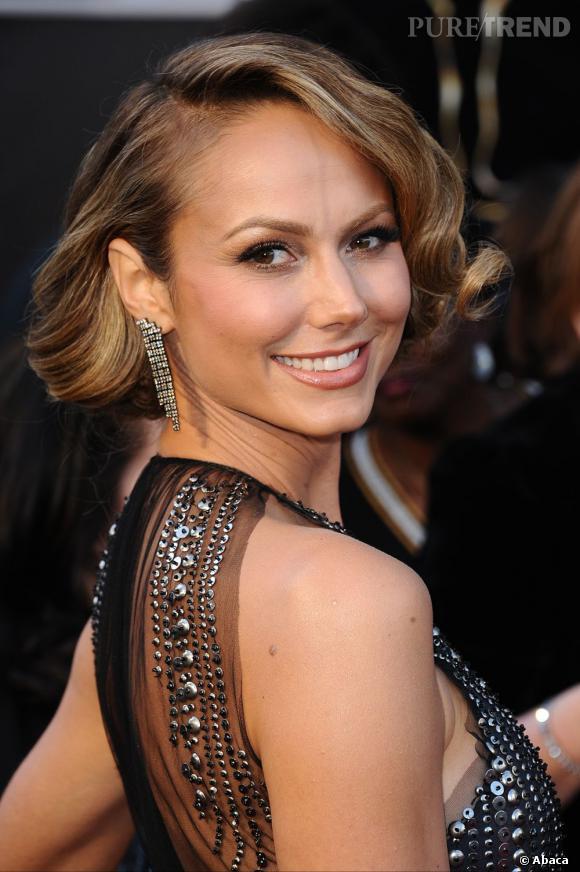L'Oscar 2013 du meilleur chignon rétro :  Stacy Keibler. Jolie apparition pour la compagne de George Clooney avec ce chignon légèrement cranté qui lui donne du style.