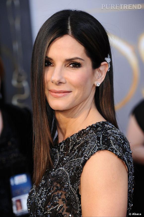 L'Oscar 2013 du meilleur lissage : Sandra Bullock.  L'actrice a craqué pour le lissage baguette, joliment accessoirisé d'une pince à strass.