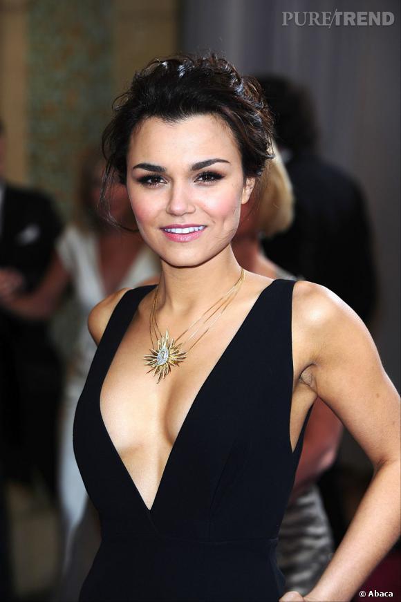 """L'Oscar 2013 du meilleur chignon flou :  Samantha Barks. L'actrice des """"Misérables"""" opte pour un chignon coiffé-décoiffé pour accompagner son décolleté. Bonne pioche."""