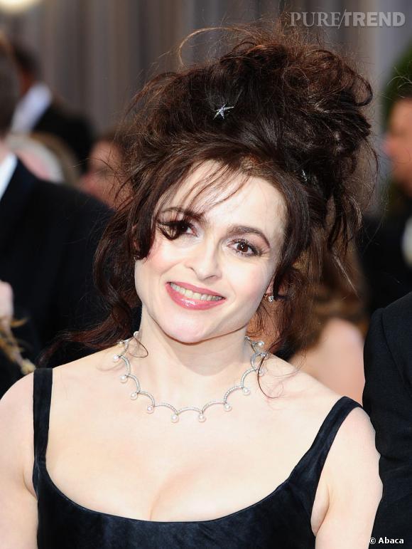 L'Oscar 2013 du hair look le plus barré :  Helena Bonham Carter. Egale à elle-même, l'actrice craque pour une chignon très décoiffé et burtonien. Inimitable.