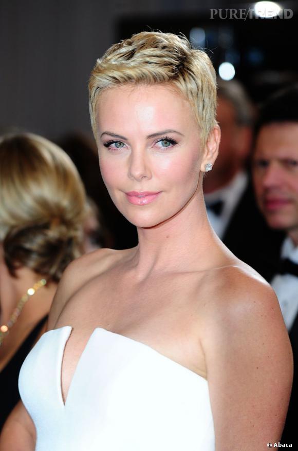 L'Oscar 2013 de la meilleure garçonne :  Charlize Theron. Ouf, l'actrice est revenue au blond et impose son charisme sur le tapis rouge.