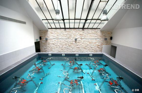 la piscine sous verri re pour un cours de waterbike de 45 minutes avec coach. Black Bedroom Furniture Sets. Home Design Ideas